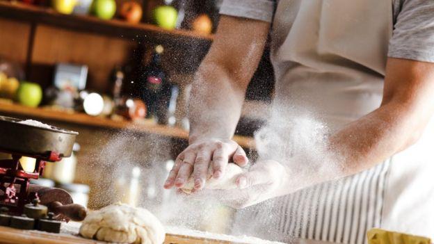 Hombre haciendo pan