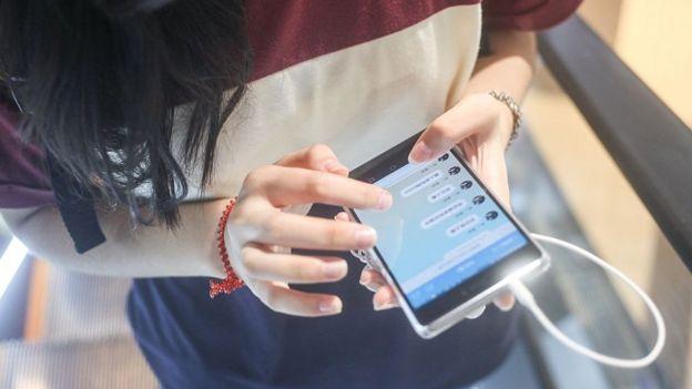 joven china usando WeChat