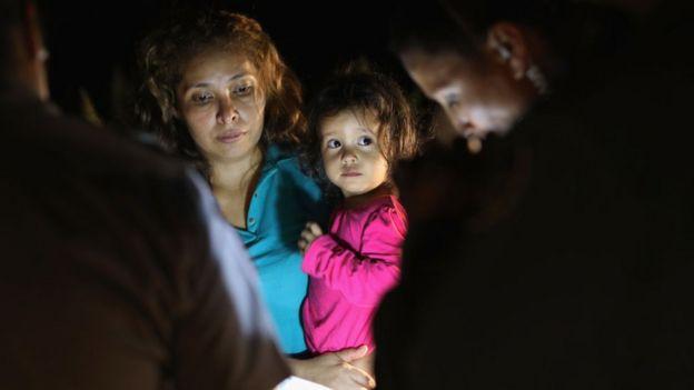 Una madre y su hija provenientes de Honduras, en la frontera de Estados Unidos.