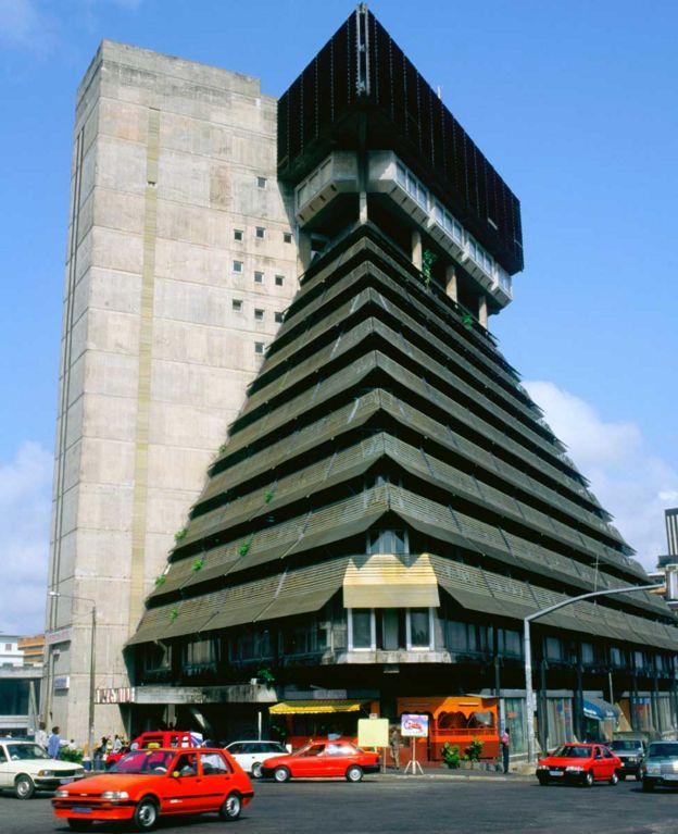 Le Pyramide, Abiyán