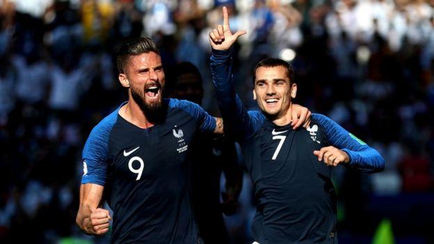 Giroud y Griezmann celebran el tanto de la ventaja inicial para Francia.