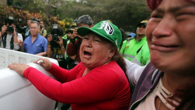 Seguidores de Alberto Fujimori llorando por la anulación del indulto.