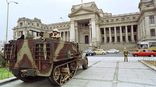 Tanque frente al Palacio de Justicia en Perú.