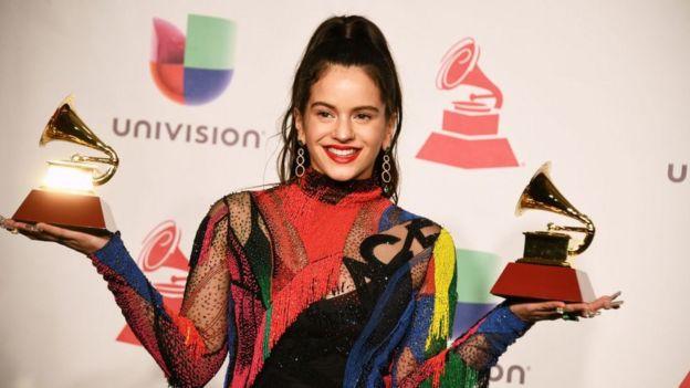 Rosalía en la ceremonia de los Grammy Latino.