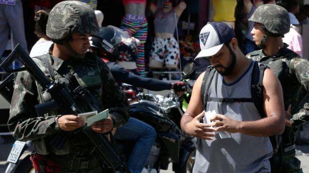 Militares ficham moradores em favela do Rio