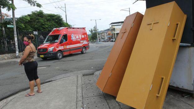 Caixões na porta de hospital de Guayaquil