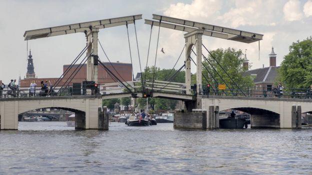 Amsterdam'da bir köprü