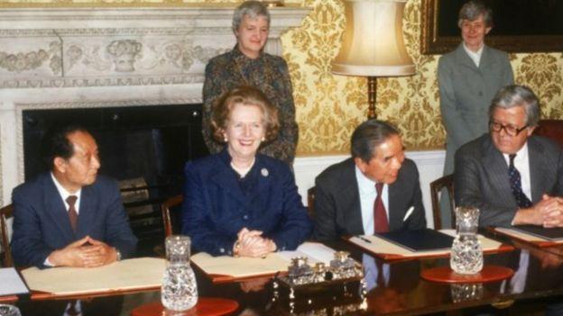 Từ trái sang: Hồ Diệu Bang, Margaret Thatcher, Sir Yue-Kong Pao và Ngoại trưởng Anh Sir Geoffrey Howe họp tại London, tháng Sáu 1986