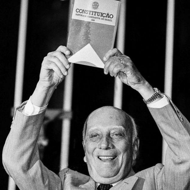 Ulysses Guimarães ergue a Constituição brasileira