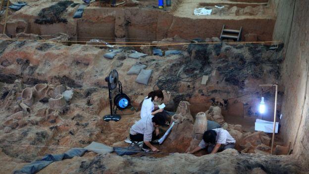 Arqueólogos trabajando en el lugar donde fueron enterrados los guerreros, en Xian.