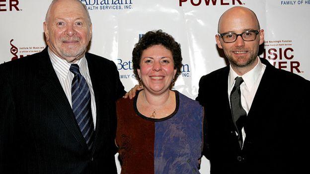 Concetta Tomaino -aquí en los Premios La Música tiene poder, en 2005, acompañada por Arnold H. Goldstein, del Instituto de Música y Función Neurológica y Moby