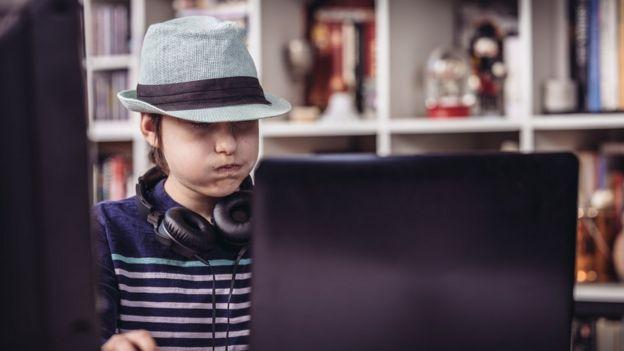 hacker adolescente con un sombrero