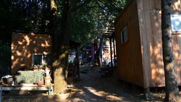 Imagem mostra estrutura do acampamento Hazelnut Grove, voltado a pessoas sem teto em Portland, nos EUA