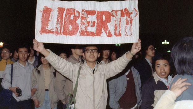 1989年4月22日,北京学生在天安门广场展示标语。