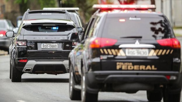 Comboio da Polícia Federal leva Lula para depor no prédio da Justiça Federal, em Curitiba