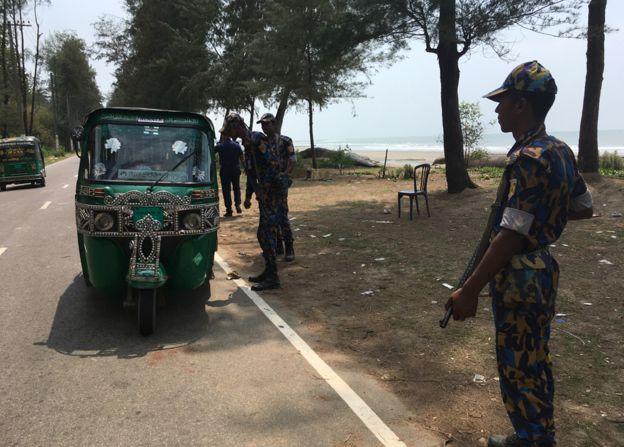 Policías detienen los mototaxis cerca de Bazar de Cox