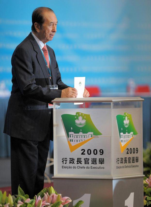 何鴻燊在澳門行政長官選舉上投票(11/2/2007)