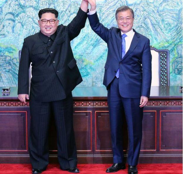 Kim generalmente usa pantalones anchos que le cubren todo el zapato. Foto: AFP