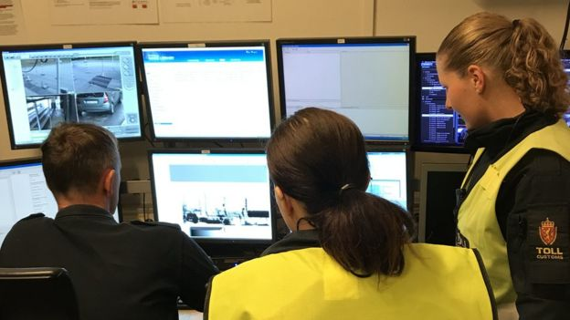 Tres agentes miran las pantallas