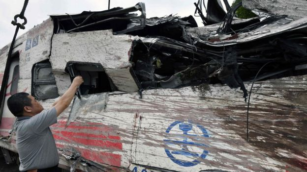 台湾宜兰新马车站出轨现场一名男子对普悠玛号列车残骸拍照(22/10/2018)