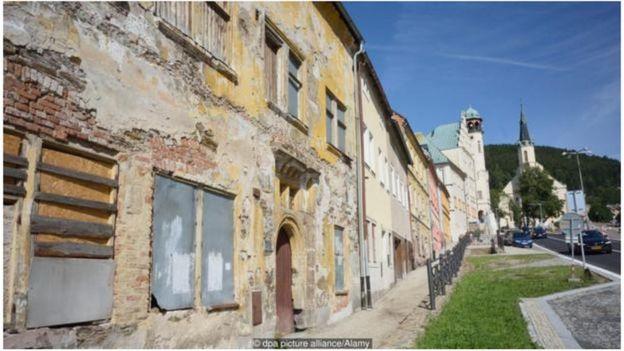 Dẫy nhà theo kiến trúc kiểu Gô-tích và Phục Hưng, từng có thời tự hào,được xây dọc đường dốc đồi xuyên qua thị trấn Jáchymov.