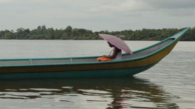 Mujer en un boto en un río del Chocó.(Foto: Natalio Cosoy/ BBC Mundo)