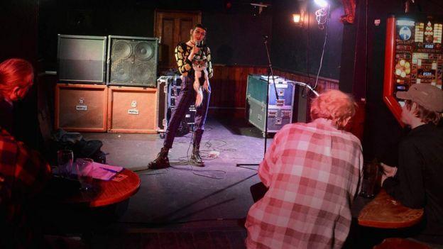 Jasmine presentando su rutina cómica en un club