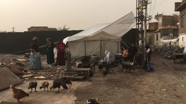 Çadır önünde kadınlar