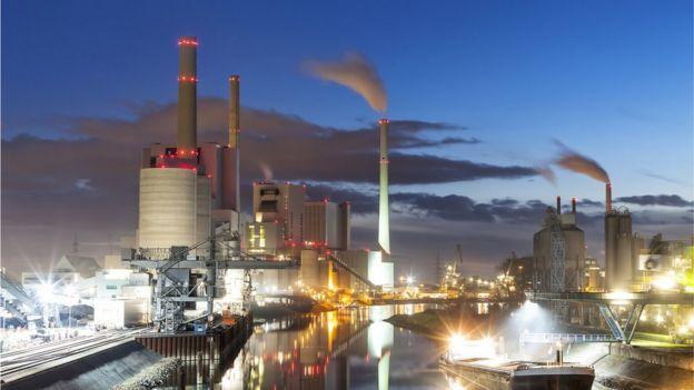Uma usina à carvão em Dusk, na Alemanha
