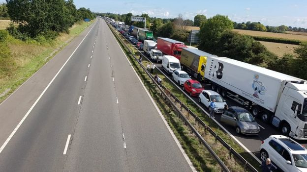 Two dead as lorry and cars crash on M5, near Taunton - BBC News