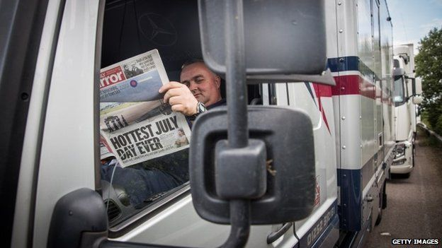 Driver reads newspaper on M20