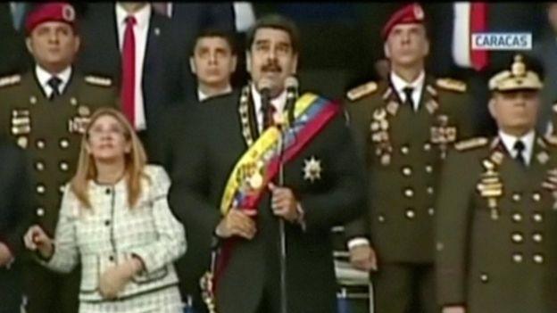 Nicolás Maduro y su esposa miran al cielo