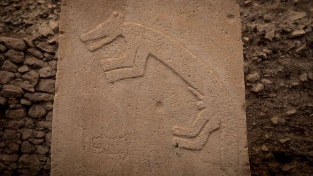 Una columna de Göbekli Tepe con una decoración tallada de un animal.