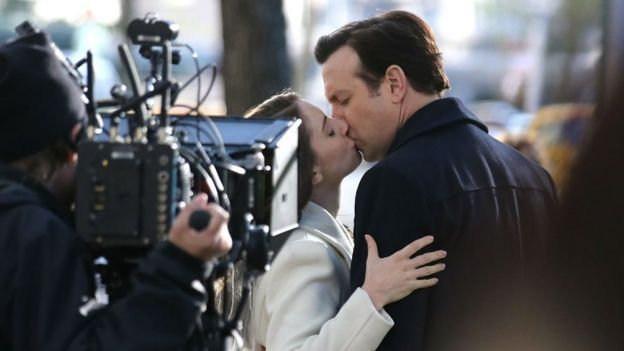 Jason Sudeikis kisses Alison Brie on the movie set of 'Sleeping With Other People'