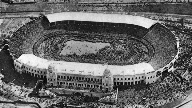 O estádio original de Wembley no dia em que sediou sua primeira final da Copa da Inglaterra