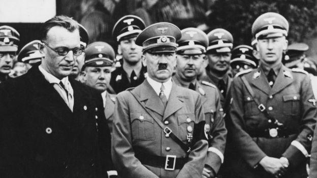 Нацистские лидеры в Вене 15 марта 1938 года. Слева направо в первом ряду: Артур Зейсс-Инкварт, Адольф Гитлер, Рейнгард Гейдрих