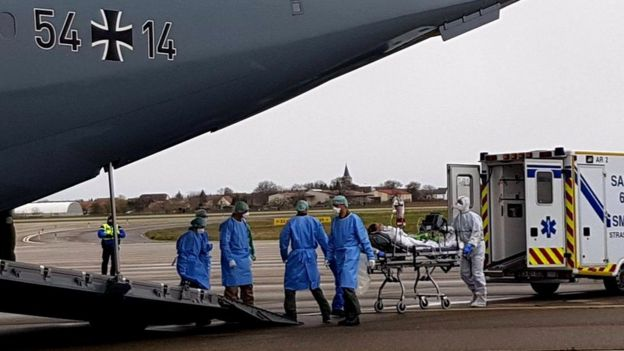 Avión de la fuerza aérea alemana con ayuda para Italia.