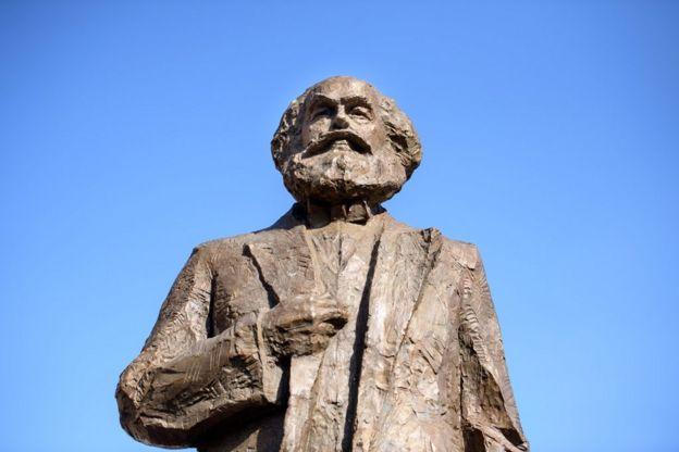 特里爾派了一名代表去中國,希望說服藝術家縮小雕像尺寸。他們建議雕像含基座高5.5米 (起初,雕像高達6.4米),正好與馬克思的生日1818年5月5日相對應。