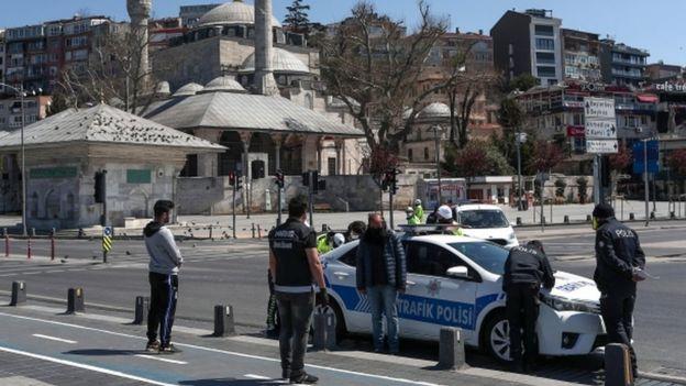 La policía multa a las personas que violan las medidas de confinamiento en Estambul, Turquía.