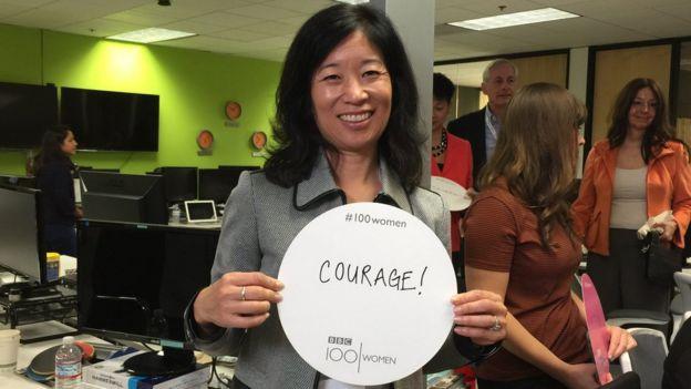 Lori Mackenzie, experta de la Universidad de Stanford, California, en temas de género sostiene un cartel con la palabra