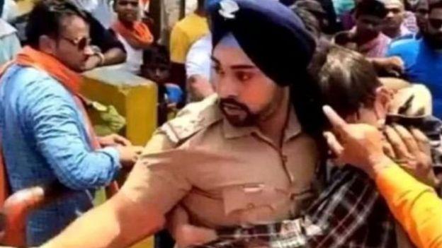 تهديد بالقتل لضابط هندي أنقذ مسلما من حشد هندوسي غاضب