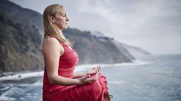 Mujer que medita en California