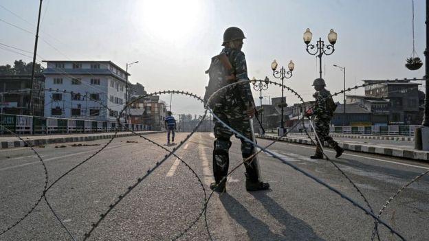 Индийские солдаты блокируют дорогу в Кашмире