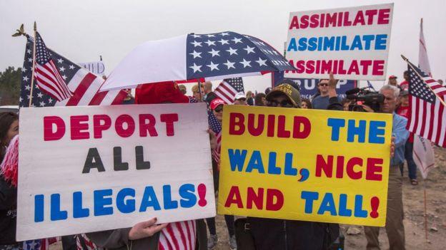 Simpatizantes de Trump con carteles