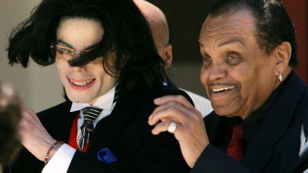 Michael Jackson junto a su padre, Joe Jackson.