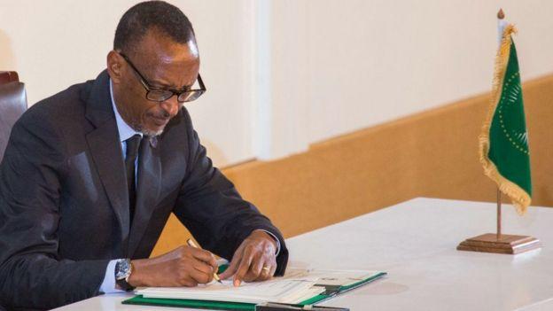 Le président rwandais Paul Kagamé signe en 2018 l'accord pour l'établissement de la zone de libre-échange continentale africaine.