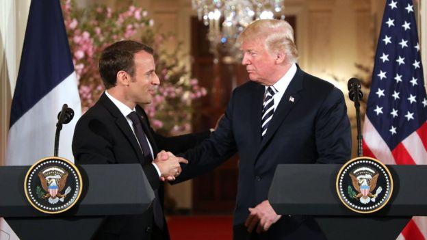 O presidente francês Emmanuel Macron cumprimenta Donald Trump