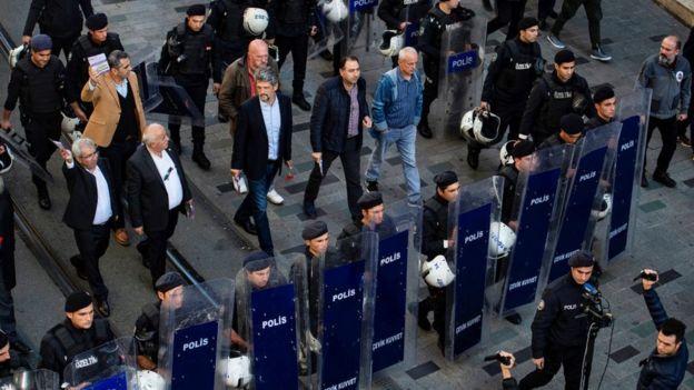 HDP İstanbul İl Örgütü, Kasım ayındaki kongreye çağrı bildirlerini polis ablukası altında dağıttı