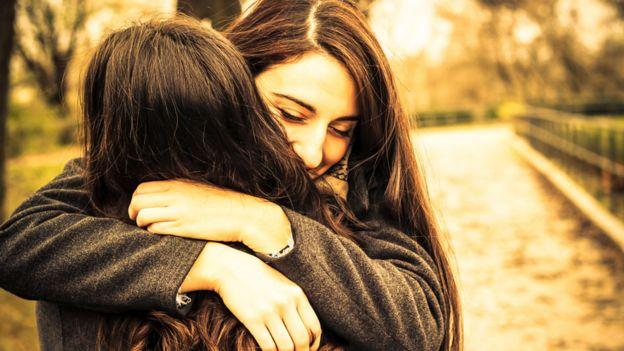 Dos mujeres jóvenes abrazadas