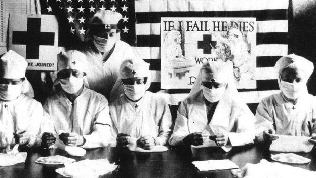 دکترها و پرستاران آمریکایی در زمان همهگیری آنفلوانزا در سال ۱۹۱۸. در مقاایسه با ویروس کرونا دانش و علم و امکانت متخصصیم در آن زمان با امروز متفاوت بود
